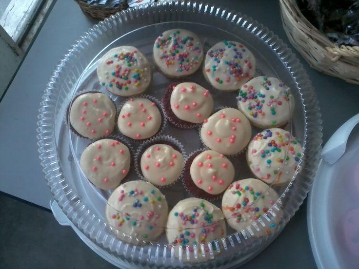 Cupcakes Red Velvet y de Vainilla con Corazón de Chocolate.