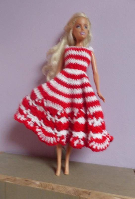 Le lot comprend une robe réalisée au crochet avec des rayures blancs et rouge et un ensemble bas rayé, mini jupe droite et gilet réalisé en tricot point jersey.  Les 2 tenues font partie dun thème marin. Dautres tenues dans dautres lots.