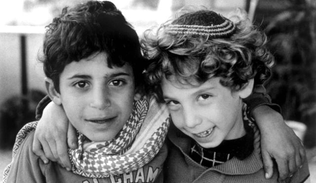 1988 photo of Israeli and Palestinian boys embracing.