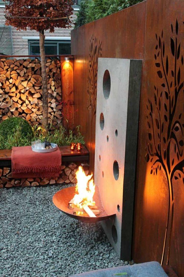 Gartendeko aus rost attraktiv perforierter sichtschutz mit feuerstelle