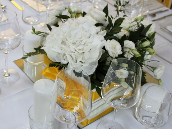 Centrotavola in bianco e giallo: ortensia e lisianthus www.laflorealedistefania.it | White and yellow wedding centerpiece