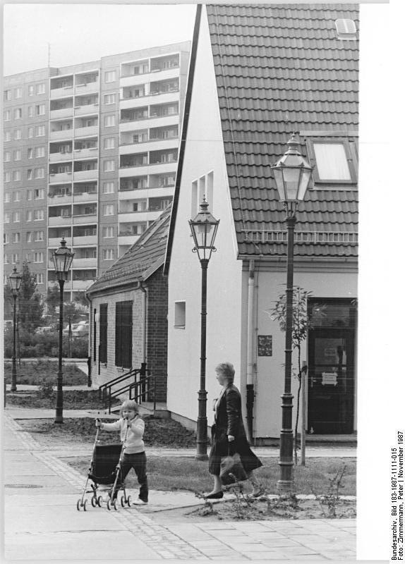 11.11.87 - Berlin: Marzahner Ansichten - Dem ehemaligen märkischen Dorf Marzahn verdankt das umliegende Neubaugebiet seinen Namen. Vor drei Jahren begann die umfangreiche Rekonstruktion, der Neubau und die Umgestaltung des Dorfes mit seinen 60 Häusern. Altes und neues bilden nun in dem Stadtbezirk ein harmonisches Ganzes.