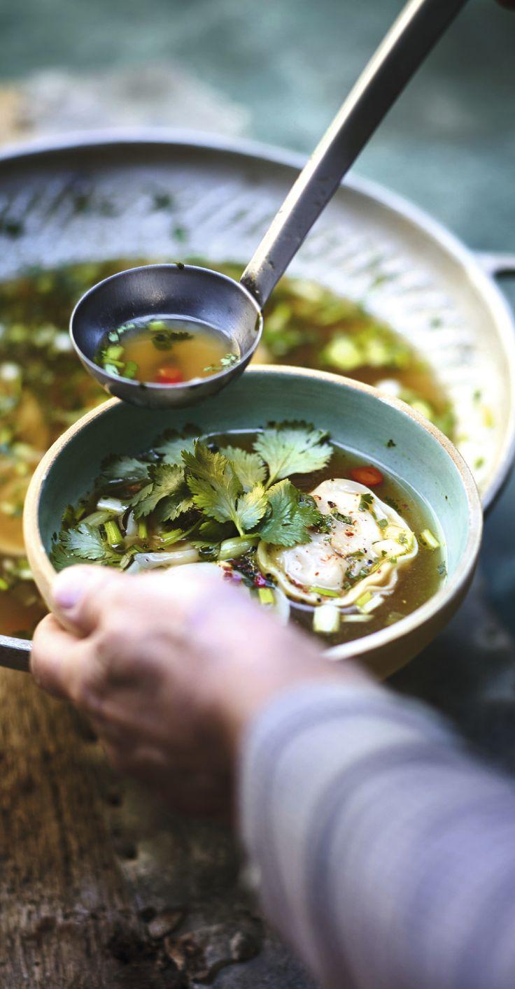 #Recette #Soupe #Chinoise Une délicieuse soupe chinoise Won Ton ! Pour plus de légumes, on ajoute des feuilles de bok choy ou de pak choi émincées, à savoir le chou chinois.