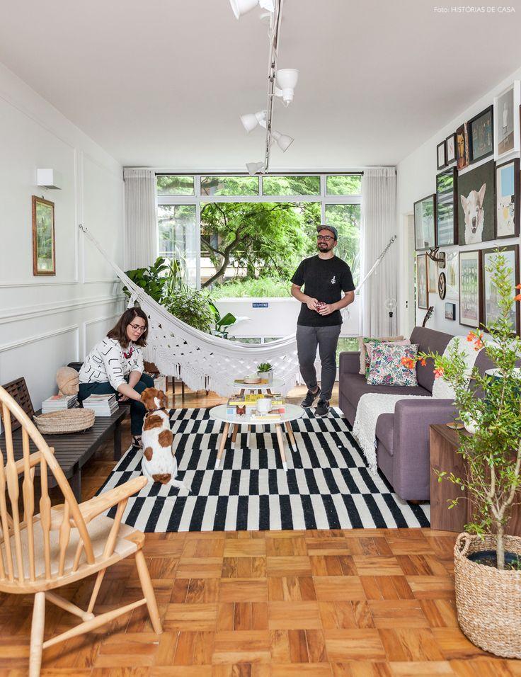 As referências de Samia e Rodolfo se misturam por todos os lados na decoração do apê: são livros de arte, quadros bem coloridos, plantas...