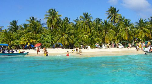 San Andrés: Paraíso de Arenas Blancas y Mar de Siete Colores en el Caribe Colombiano