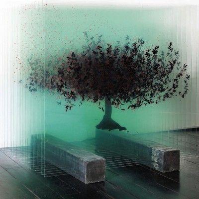 Ardan Özmenoglu est une artiste contemporaine turque qui travaille sur plusieurs supports, dont le verre.  Cette sculpture de verre tridimensionnelle nommée « Platanus orientalis » représente un arbre peint sur plusieurs plaques qui, par superposition, donne une impression de relief et de 3D. L'artiste utilise aussi très souvent les post-its ou les néons dans son travail.