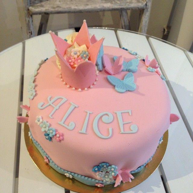 Princess  #vanilla #hallonmousse #whitechocolatemousse #cake #tårta #kaka #princess #krona #crown #fjäril #butterfly #birthday #fest #kalas #födelsedag #barn #sockerpasta #homemade #hembakat #handmade #order #beställning #delivery #göteborg #linné #gbgftw #cute #söt #wiltoncakes #baklycka