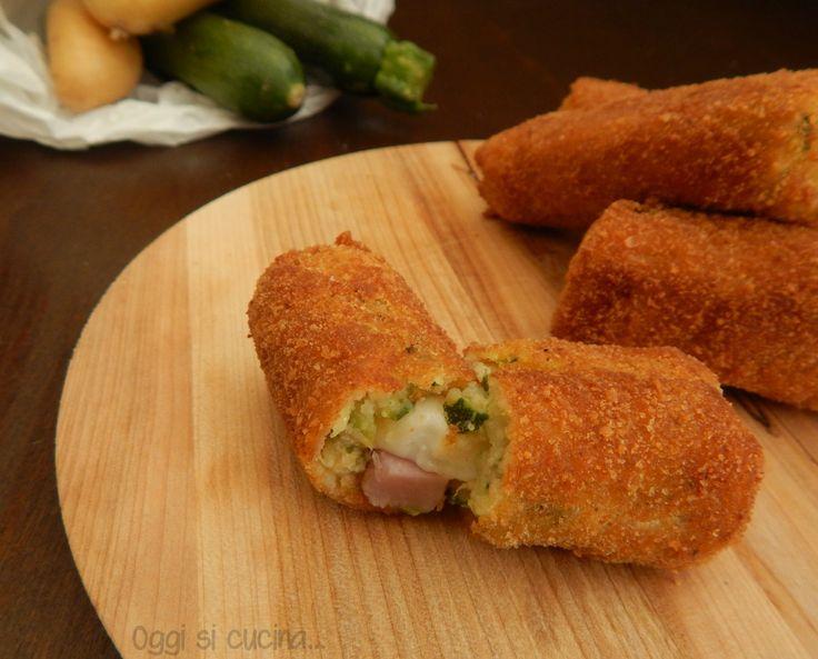 Le crocchette di patate e zucchine con un cuore di mozzarella e prosciutto sono un antipasto o secondo piatto gustoso e sostanzioso.