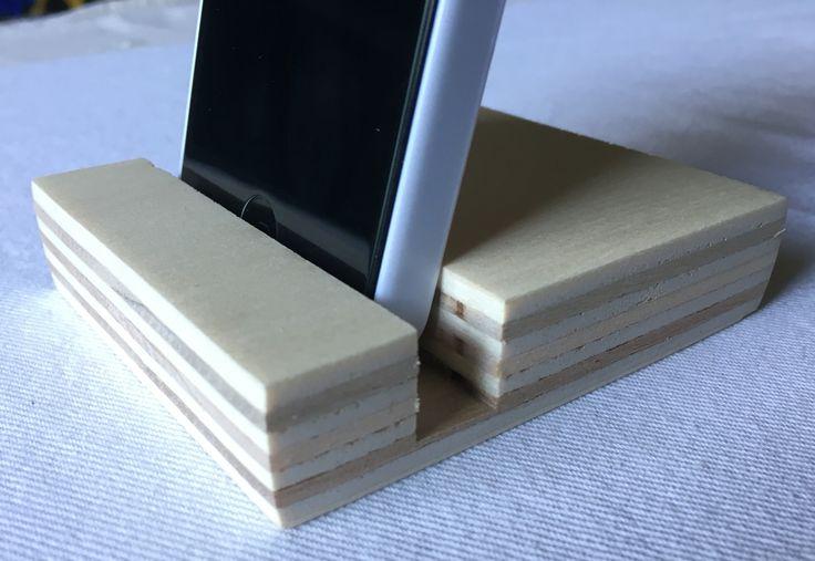 Supporto per telefono Cellulare in legno di Pino multistrato finitura opaca con pura cera d'api.