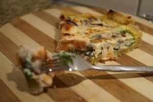 Fantastisk fuldkorns laksetærte med spinat, rødløg og hytteost