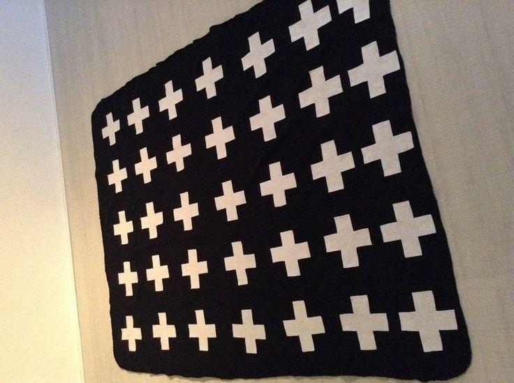 Zwarte plaid met witte vilt plusjes opgeplakt met textiellijm