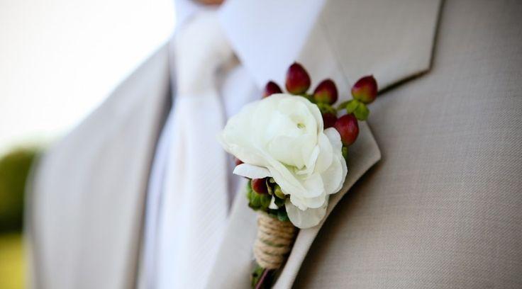 Μπουτονιέρες και νυφικά μπουκέτα. Επιλέξτε τα λουλούδια και τα χρώματα που αγαπάτε. Δείτε παρακάτω κάποιες ιδέες γάμου με Μπουτονιέρες και νυφικά μπουκέτα.