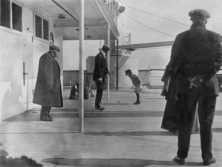 Fotó: Francis Browne: Kisgyerek játszik a Titanic fedélzetén, 1912. április