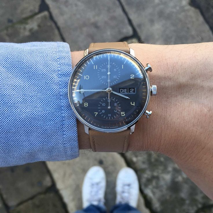 Rétro et épurée, cette montre automatique pour homme de la collection Max Bill est signée Junghans. Elle arbore un boîtier rond en acier, un cadran chrono gris anthracite, ainsi qu'un bracelet en cuir marron clair. Son style classique et intemporel en fai http://amzn.to/2sqsgS2