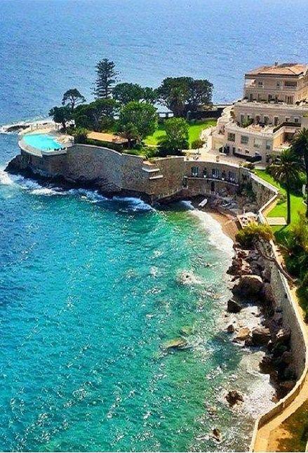 Cap Estel est une plage en France. L'océan est tres bleu et chaud.