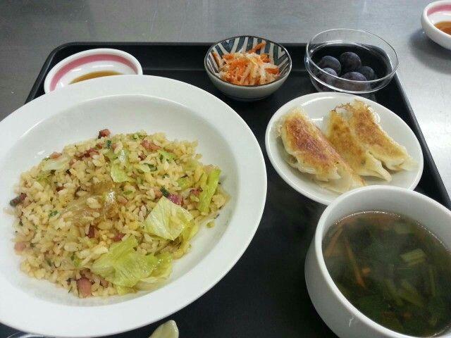 8月25日。チャーハン、鯖餃子、人参ともやしのナムル、中華スープ、ぶどうでした!カロリー579、たんぱく質24g、塩分2.6gです♪
