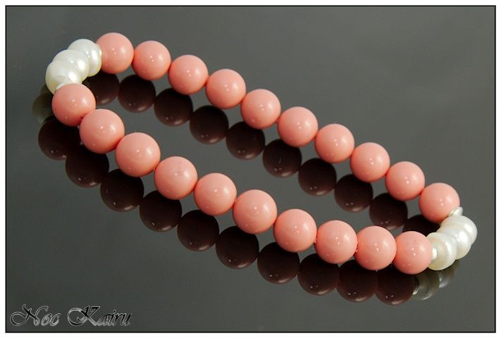 Muszle powlekane w kolorze łososiowym przełożone trzema perłami po przeciwległych stronach. #bransletka, #perły, #muszle