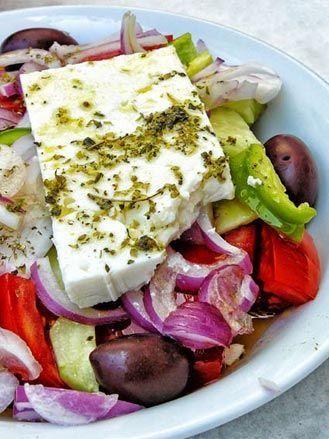 Insalata greca: horiátiki salàta L'originale che ricorda le vacanze, a base di feta, cipolle e olive