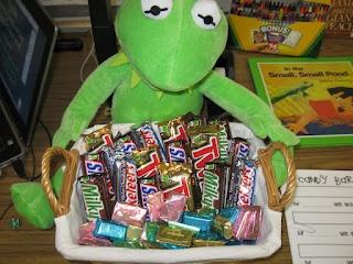 Candy bar measurement activity with a worksheet: School Ideas Measurement, Candy Bars, Math Ideas, Teaching Ideas, School Stuff, Math Measurement, First Grade, Educational Ideas, Measurement Fun