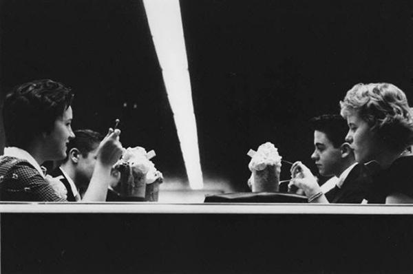 O fotógrafo Joseph Sterling retratou o vigor, o desleixo e a excitação da juventude americana no final da década de 50 e início da de 60 na série The Age of Adolescence. Conheça esse trabalho e mergulhe na nostalgia dessa época.