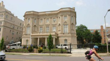 La bandera cubana ondeara en la mansión  que hasta ahora era la Sección de Intereses de Cuba en Washington, ubicada en linea recta de la Casa Blanca. Reabrirá su Embajada en EE.UU. con 500 invitados. July 17, 2015.