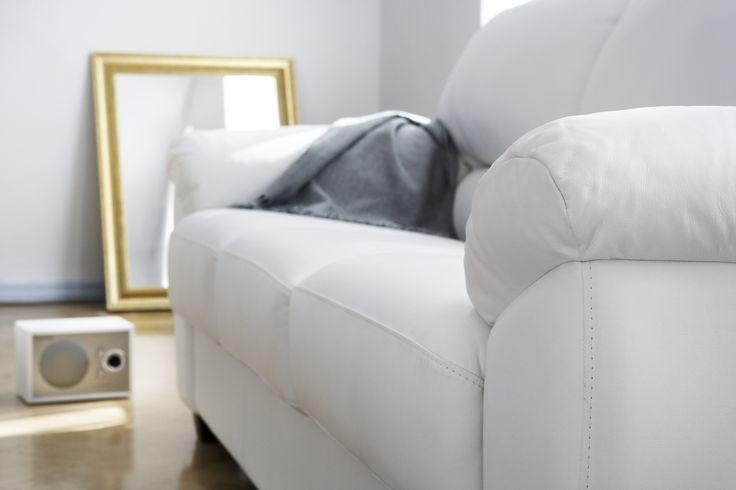 Valkoista, kultaa ja rentoa sunnuntaitunnelmaa! 😌🎶 Malli: Modena  Vaihtoehdot: 2- ja 3-istuttava sohva, modulisohva, vuodesohva, lepotuoli Jälleenmyyjä: Masku-myymälät  #pohjanmaan #pohjanmaankaluste #käsintehty #koti #sohva #olohuone #livingroominspo #livingroomdecor