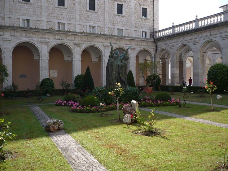 Powodem nr 1 dla którego zdecydowałem się na tę wycieczkę była możliwość zobaczenia Monte Cassino, cmentarza i klasztoru. Nazwa Cassino wywodzi się od łacińskiego Cassium (Stary Gród) czyli ...