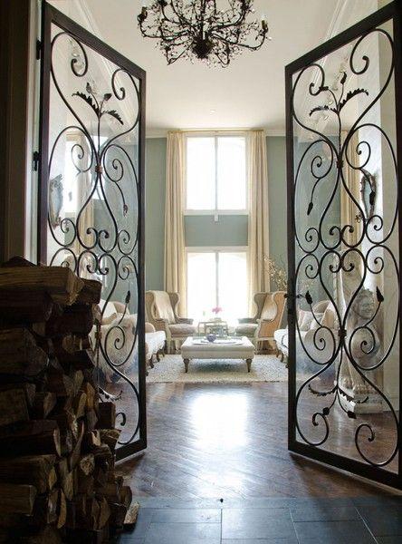 stalen deur in een klassiek interieur, klassiek interieur is het tegenovergestelde van het zwart, dus een harde strenge deur in een zachte pastellen interieur
