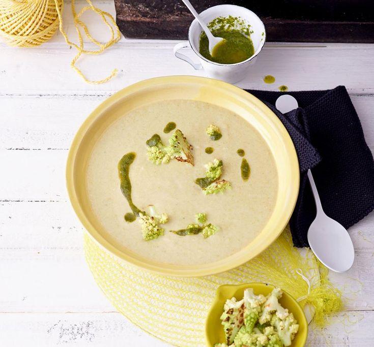 Lauch-Kartoffel-Suppe mit Romanesco und Sauerampferöl - [ESSEN UND TRINKEN]
