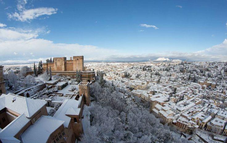 Panorámica de la ciudad de Granada vista desde la Torre de Comares de la Alhambra después de la intensa nevada caída a primera hora de la mañana. M. ZARZA
