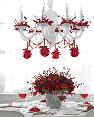 Muito vermelho na mesa requintada de natal