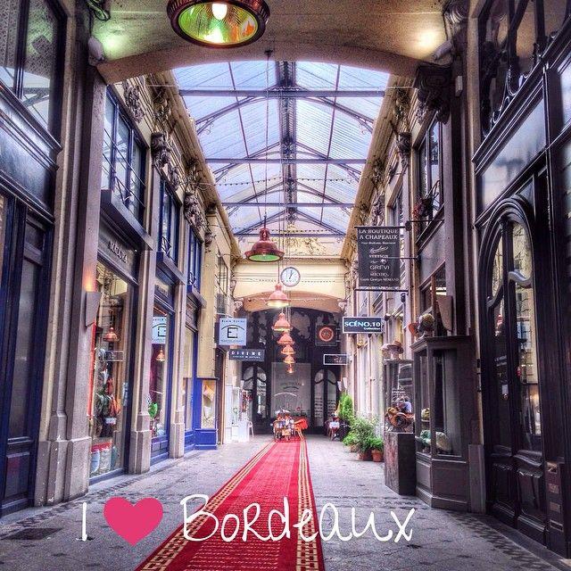 Passage Sarget, Bordeaux. A l'origine privé et financé par  le négociant et armateur Bordelais Jean-Auguste Sarget, il sera ouvert au public en 1878. #Bordeaux #BdxBikeTour #Bordeauxmaville