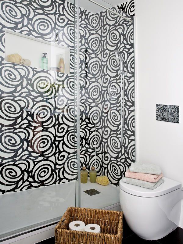 Ducha-de-obra-con-azulejos-en-blancoy-negro