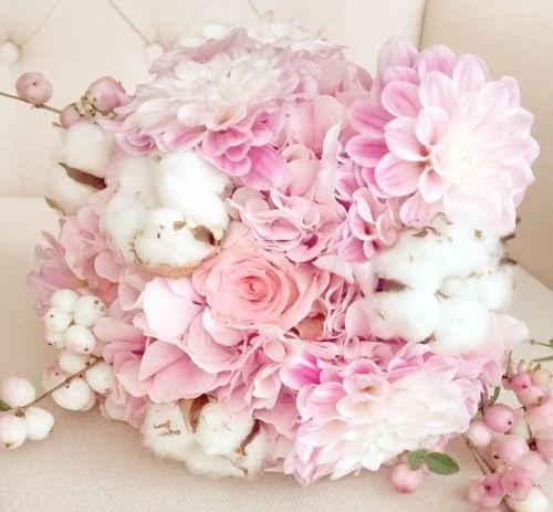Biedermeier bruidsboeketmet katoen bolletjes , hortensia en roze rozen.