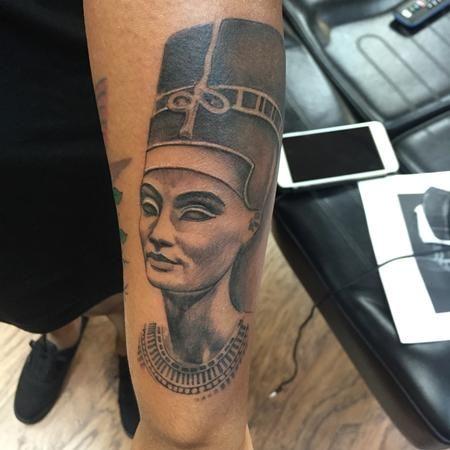 best 25 egyptian queen tattoos ideas on pinterest egyptian tattoo nefertiti tattoo and. Black Bedroom Furniture Sets. Home Design Ideas