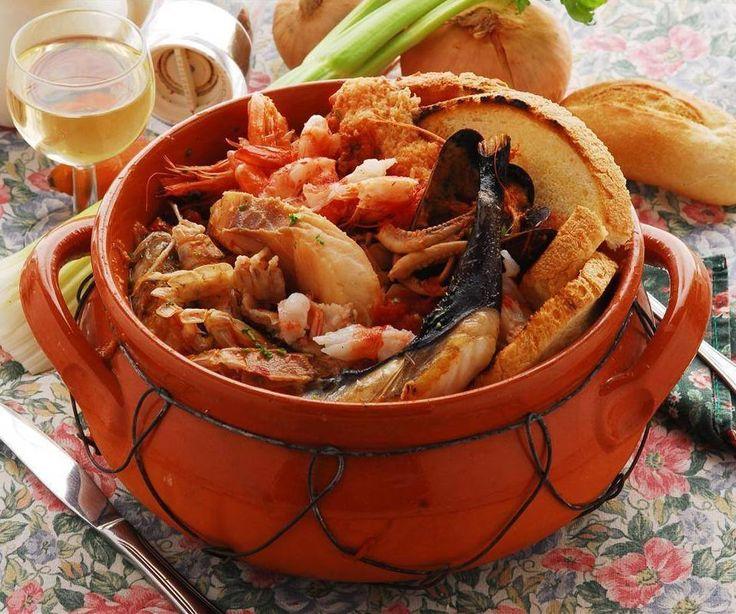 CACIUCCO ALLA LIVORNESE è una zuppa di pesce tradizionale Toscana, tipica della zona di Livorno. Oltre al pesce fresco la caratteristica è il forte utilizzo di aglio e peperoncino e il pane toscano tostato. In origine era preparato dagli stessi pescatori che utilizzavano il pesce invenduto della giornata. (scorfano rosso e nero, cappone/ gallinella, polpo, seppia, palombo, cicale o canocchie, grongo, triglie..) #CucinaItaliana #CarnevaliLuigi https://www.facebook.com/IlBuongustaioCurioso/
