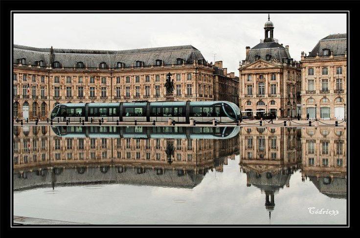 Bordeaux, la Place de la Bourse, le tram et le mur d'eau ... La plus belle ville du monde !