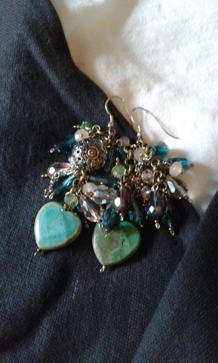Orecchini creati con cuori in crisoprasio cristalli naturali e dettaglio bottone antico