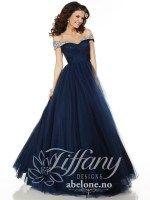 Mørkeblå kjole med båtutringing Tiffany 61123 Navy  Nydelig blå kjole til Bryllup eller skoleball. Lett drapert stoff i tyll i overdelen. stort tyllskjørt. Nydelig stenbesatt over skuldrene. Glidelås i ryggen. Tyll.  Farge Navy - Mørk blå  På lager i str 40   Lagervarer leveringstid 0-7 dager  ABELONE.NO