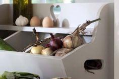 Vroeger was hij te vinden bij de kruidenier, maar in de huidige keuken is deze sfeervolle gruttersbak ook op zijn plaats. Ideaal voor het bewaren van uien, eieren en andere levensmiddelen. Maar ook leuk om neer te zetten voor de sier. Lees hier hoe u deze gruttersbak zelf maakt.
