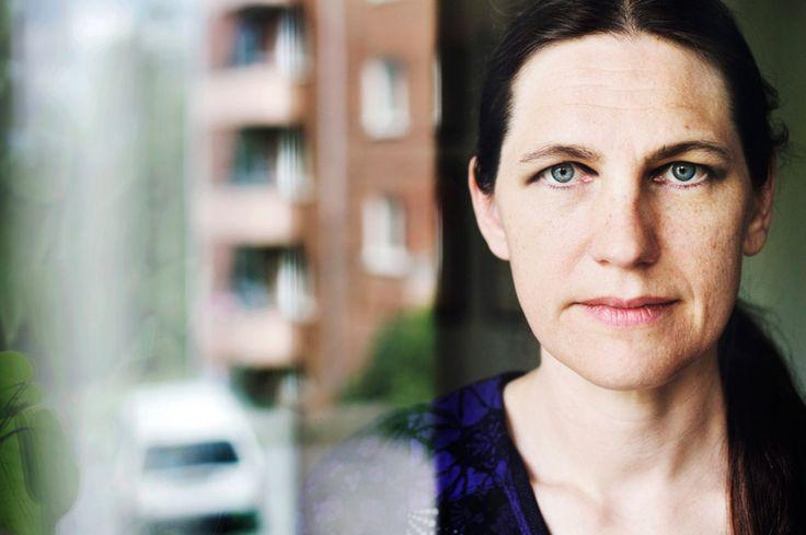 Hennes självbiografiska serier om bottenlöst själsligt mörker i ett ensamt Stockholm förnyade genren på 90-talet. I dag bor Åsa Grenvall i ett stort hus på den sörmländska landsbygden med sin familj, men oroar sig inte för att mörkret ska sina.