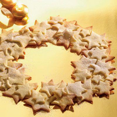 Småkager hører julens mange små hyggelige stunder til. Her er gode smørbagte småkager med vanilje formet til en julekrans.
