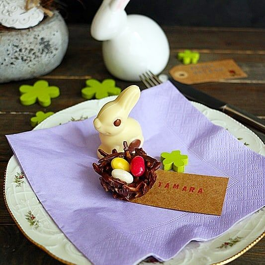 Wie sieht es bei euch mit den Ostertraditionen aus?  Am Ostersonntag gibt es bei uns neben der grossen Eier- und Osterhasensuche auch immer einen feinen Osterbrunch. Ich liebe es den Tisch schön bunt und fröhlich zu gestalten. Dabei dürfen süsse Kleinigkeiten wie Schokoladeneier süsse Überraschungen und schokoladene Osternestchen nicht fehlen. Wie die Osternestchen mit Schokolade Mandeln und Zuckereiern aus der @migros ganz einfach gemacht werden zeige ich euch im Blog. (Link im Profil)…