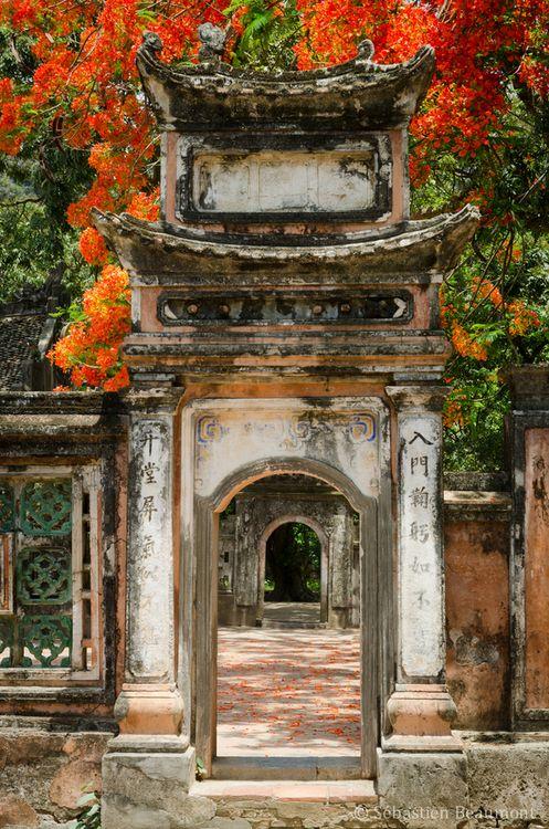 A door at Hoa Lu, Ninh Binh Province, Vietnam Отворена...