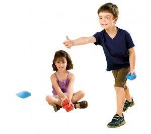 Gymles voor kleuters met pittenzakken 3 - Overlopertje met pittenzakken. De kleuter die wordt getikt, moet zijn pittenzak in de mand van de tikker leggen. Na het spel tellen we met elkaar hoeveel pittenzakken van elke kleur de tikker heeft gewonnen.