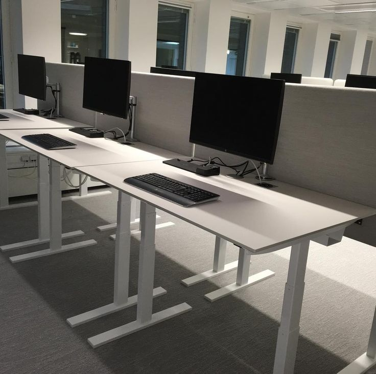 Snyggt på HBOs kontor m danska Q20skrivbord #danishform #dansk design #hojochsankbartskrivbord #coolaskrivbord #danskdesign #kontorsinredning #holmris