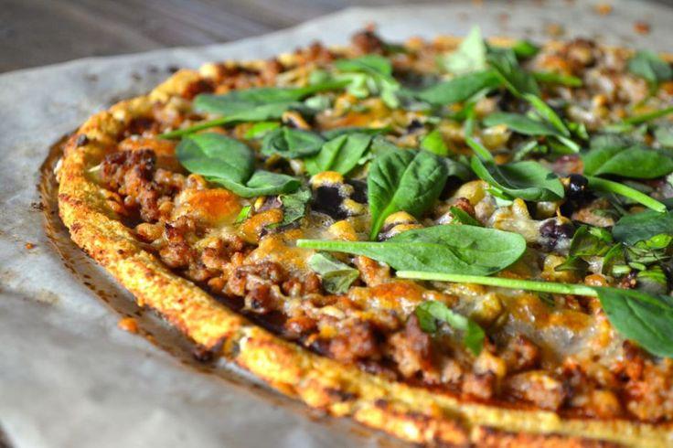 Vegetarisk fikon och chevre-pizza  Ingredienser:  (1 pizza)  Botten: – 1/2 blomkålshuvud (ca 400 g) – 2 ägg – Salt – Peppar – ca 1 msk kokosmjöl*  *Kan bytas ut mot t.ex. fiberhusk eller något annat mjöl. Mängden kan variera eftersom det beror på hur vattning blomkålssmeten blir.  Pålägg – 1/2 Gul lök – 2 vitlöksklyfta – 1 burk kronätskockshjärtan – 100 g Chevre – 4 färska fikon – 1 näve valnötter – 1 tsk Honung – Babyspenat – Riven ost  Gör så här:  1. Sätt ugnen på 200 grader, mixa…