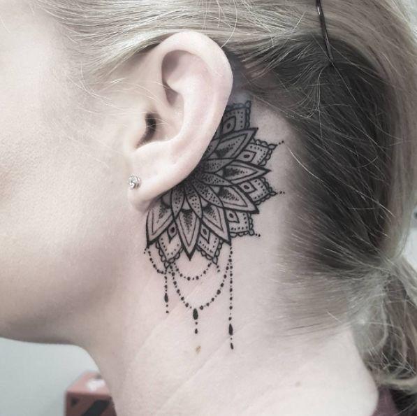 ¿Qué tal una mandala con rasgos delicados? | 19 Tatuajes lindísimos que se verán perfectos en tus orejas