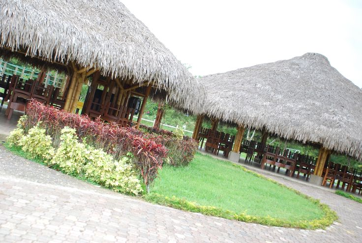 Glorietas en bamboo. Construcción y diseño Loaiza Construcciones. Bucay, Ecuador.