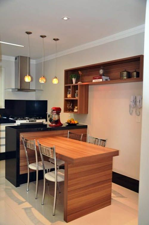 На фото обеденный стол примыкает к острову на кухне.